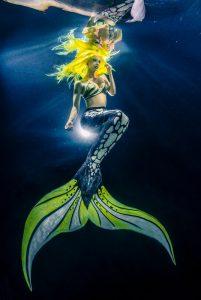 Meerjungfrau Mermaid Kat aus Goodbye Deutschland unterrichtet Meerjungfrauenkurse bei Hannover